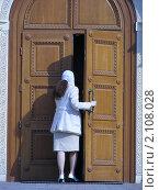 Купить «Девушка входит в храм», эксклюзивное фото № 2108028, снято 6 апреля 2010 г. (c) lana1501 / Фотобанк Лори