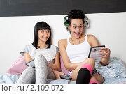 Купить «Две девушки выбирают комедию», фото № 2109072, снято 6 сентября 2010 г. (c) Elena Rostunova / Фотобанк Лори