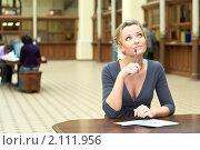 Задумчивая девушка за столом. Стоковое фото, фотограф Кекяляйнен Андрей / Фотобанк Лори