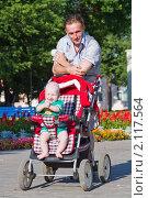 Купить «Папа с ребенком в коляске на улице», фото № 2117564, снято 18 июля 2010 г. (c) Донцов Евгений Викторович / Фотобанк Лори
