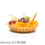 Купить «Изысканное фруктовое пирожное на белом фоне», фото № 2118000, снято 18 февраля 2019 г. (c) Яна Гуляновская / Фотобанк Лори