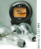 Купить «Электрические лампочки и счетчик, измеряющий потребление электроэнергии», фото № 2121484, снято 31 октября 2010 г. (c) Илья Андриянов / Фотобанк Лори