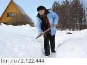 Купить «Пенсионерка лопатой чистит от снега дорожку на даче», фото № 2122444, снято 6 марта 2010 г. (c) Анастасия Семенова / Фотобанк Лори
