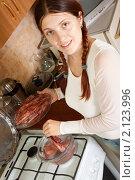 Молодая женщина варит кальмаров. Стоковое фото, фотограф Яков Филимонов / Фотобанк Лори