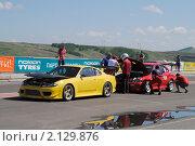 Купить «Два спортивных автомобиля на подготовке к старту», фото № 2129876, снято 6 июня 2010 г. (c) Юрий Андреев / Фотобанк Лори
