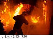 Купить «Пожар. Спасатель МЧС бежит на помощь пострадавшим», фото № 2134736, снято 6 февраля 2010 г. (c) Татьяна Белова / Фотобанк Лори