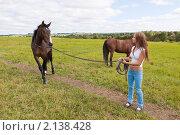 Купить «Девушка ведет гнедую лошадь на корде по лугу», фото № 2138428, снято 28 августа 2010 г. (c) Сергей Дубров / Фотобанк Лори
