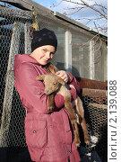 Девочка держит в руках маленького ягненка. Стоковое фото, фотограф Ольга Линевская / Фотобанк Лори