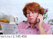 Купить «Женщина с телефоном», эксклюзивное фото № 2145456, снято 2 февраля 2010 г. (c) Юрий Морозов / Фотобанк Лори