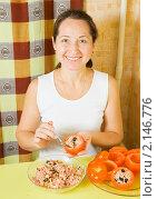 Купить «Женщина за столом фарширует помидоры», фото № 2146776, снято 14 ноября 2010 г. (c) Яков Филимонов / Фотобанк Лори