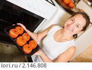 Купить «Женщина кладет в духовку фаршированные помидоры», фото № 2146808, снято 14 ноября 2010 г. (c) Яков Филимонов / Фотобанк Лори