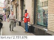 Купить «Распространитель рекламы в центре Москвы», эксклюзивное фото № 2151676, снято 10 августа 2010 г. (c) Алёшина Оксана / Фотобанк Лори