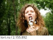 Купить «Юная девушка ест эскимо», фото № 2155892, снято 29 мая 2010 г. (c) Дмитрий Яковлев / Фотобанк Лори