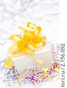 Купить «Подарочная коробка с желтым бантом. Праздничная открытка», фото № 2156092, снято 22 ноября 2010 г. (c) Екатерина Тарасенкова / Фотобанк Лори