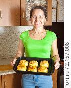 Купить «Женщина приготовила фаршированный кабачок», фото № 2157008, снято 20 ноября 2010 г. (c) Яков Филимонов / Фотобанк Лори