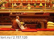 Купить «Буддистский монах молится перед алтарем в храме», эксклюзивное фото № 2157120, снято 4 мая 2008 г. (c) Ольга Липунова / Фотобанк Лори