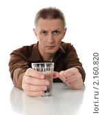 Купить «Мужчина средних лет с граненым стаканом», фото № 2160820, снято 23 ноября 2010 г. (c) Валерий Александрович / Фотобанк Лори
