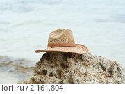 Купить «Соломенная шляпа на камне», фото № 2161804, снято 26 июня 2010 г. (c) Купченко Владимир Михайлович / Фотобанк Лори