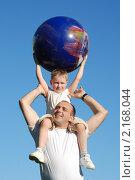 Купить «Сын на плечах у отца на фоне неба», фото № 2168044, снято 9 ноября 2008 г. (c) Андрей Петренко / Фотобанк Лори