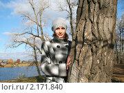 Молодая красивая девушка у дерева на фоне голубого озера в яркий солнечный день, фото № 2171840, снято 31 октября 2010 г. (c) Сергей Кузнецов / Фотобанк Лори