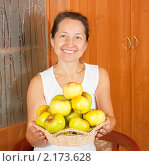 Купить «Женщина с корзиной яблок», фото № 2173628, снято 23 октября 2010 г. (c) Дарья Филимонова / Фотобанк Лори