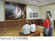 """Люди смотрят картину в музее """"Царицыно"""" (2010 год). Редакционное фото, фотограф Алёшина Оксана / Фотобанк Лори"""