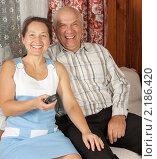Купить «Счастливая пара старших лет отдыхает дома на диване», фото № 2186420, снято 23 октября 2010 г. (c) Дарья Филимонова / Фотобанк Лори