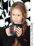 Девочка задумалась с большой кружкой в руках. Стоковое фото, фотограф Анастасия Шелестова / Фотобанк Лори