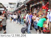 Улица с сувенирами в Пекине (2010 год). Редакционное фото, фотограф Роман Сигаев / Фотобанк Лори