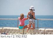 Девочки, смотрящие на море. Стоковое фото, фотограф Александр Гавриченко / Фотобанк Лори