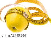 Желтое яблоко и измерительная лента. Стоковое фото, фотограф Антон Романов / Фотобанк Лори