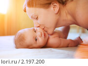 Купить «Мама целует ребенка на солнечном фоне», фото № 2197200, снято 30 сентября 2010 г. (c) Константин Сутягин / Фотобанк Лори