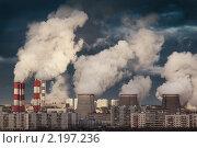 Дымящие трубы электростанций на фоне города. Стоковое фото, фотограф Константин Сутягин / Фотобанк Лори