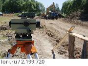 Купить «Нивелир на фоне земляных работ», фото № 2199720, снято 1 июля 2010 г. (c) Антон Алябьев / Фотобанк Лори