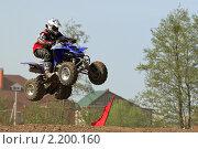Купить «Спортсмен на квадроцикле в полете», фото № 2200160, снято 8 мая 2010 г. (c) Никита Ветренный / Фотобанк Лори