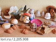 Купить «Стол с глиняными игрушками», фото № 2205908, снято 16 июня 2009 г. (c) Сергей Яковлев / Фотобанк Лори