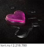 Купить «Сердце и капли воды на черном бархате», фото № 2218780, снято 11 декабря 2010 г. (c) Ольга Гаврилова / Фотобанк Лори