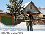 Пожилой мужчина рассматривает документы. Стоковое фото, фотограф Татьяна Нафикова / Фотобанк Лори