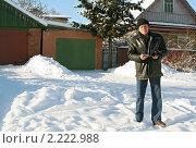 Купить «Пожилой мужчина задумался о кредитах», фото № 2222988, снято 3 февраля 2009 г. (c) Татьяна Нафикова / Фотобанк Лори