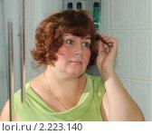 Купить «Женщина перед зеркалом», эксклюзивное фото № 2223140, снято 8 марта 2010 г. (c) Юрий Морозов / Фотобанк Лори