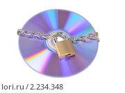 Купить «CD диск с цепью и замком на белом фоне», фото № 2234348, снято 5 декабря 2010 г. (c) Денис Ларкин / Фотобанк Лори