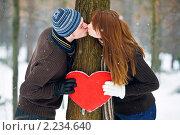 Целующаяся пара с сердцем. Стоковое фото, фотограф Анна Лисовская / Фотобанк Лори