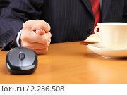 Бизнесмен за рабочим столом показывает фигу. Стоковое фото, фотограф Андрей Липко / Фотобанк Лори