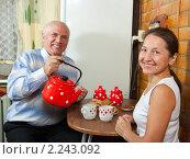 Купить «Взрослая пара пьет чай», фото № 2243092, снято 23 октября 2010 г. (c) Дарья Филимонова / Фотобанк Лори