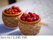 Лукошки с ягодами. Стоковое фото, фотограф Роман Богдановский / Фотобанк Лори