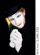 Купить «Портрет мечтательного мима с бутылкой шампанского», фото № 2246332, снято 5 декабря 2010 г. (c) Svetlana Mihailova / Фотобанк Лори