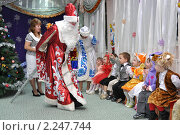 Купить «Дед Мороз и Снегурочка разговаривают с детьми», фото № 2247744, снято 24 декабря 2010 г. (c) Вячеслав Палес / Фотобанк Лори