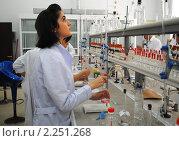 Купить «Студентка проводит опыт в химическом практикуме», эксклюзивное фото № 2251268, снято 15 сентября 2010 г. (c) Татьяна Юни / Фотобанк Лори