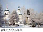 Памятник адмиралу Колчаку в городе Иркутске на фоне Знаменской церкви, фото № 2256000, снято 2 января 2011 г. (c) Момотюк Сергей / Фотобанк Лори