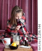 Купить «Больная девочка в период гриппа занимается самолечением меряет температуру градусником», эксклюзивное фото № 2256144, снято 6 апреля 2009 г. (c) Игорь Низов / Фотобанк Лори